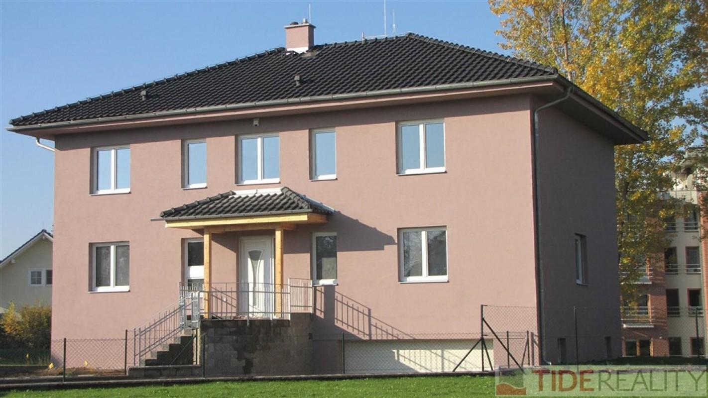 Pronájem prostorné vily (6+1, 350 m2) v Průhonicích, Pod Valem II., Praha 4