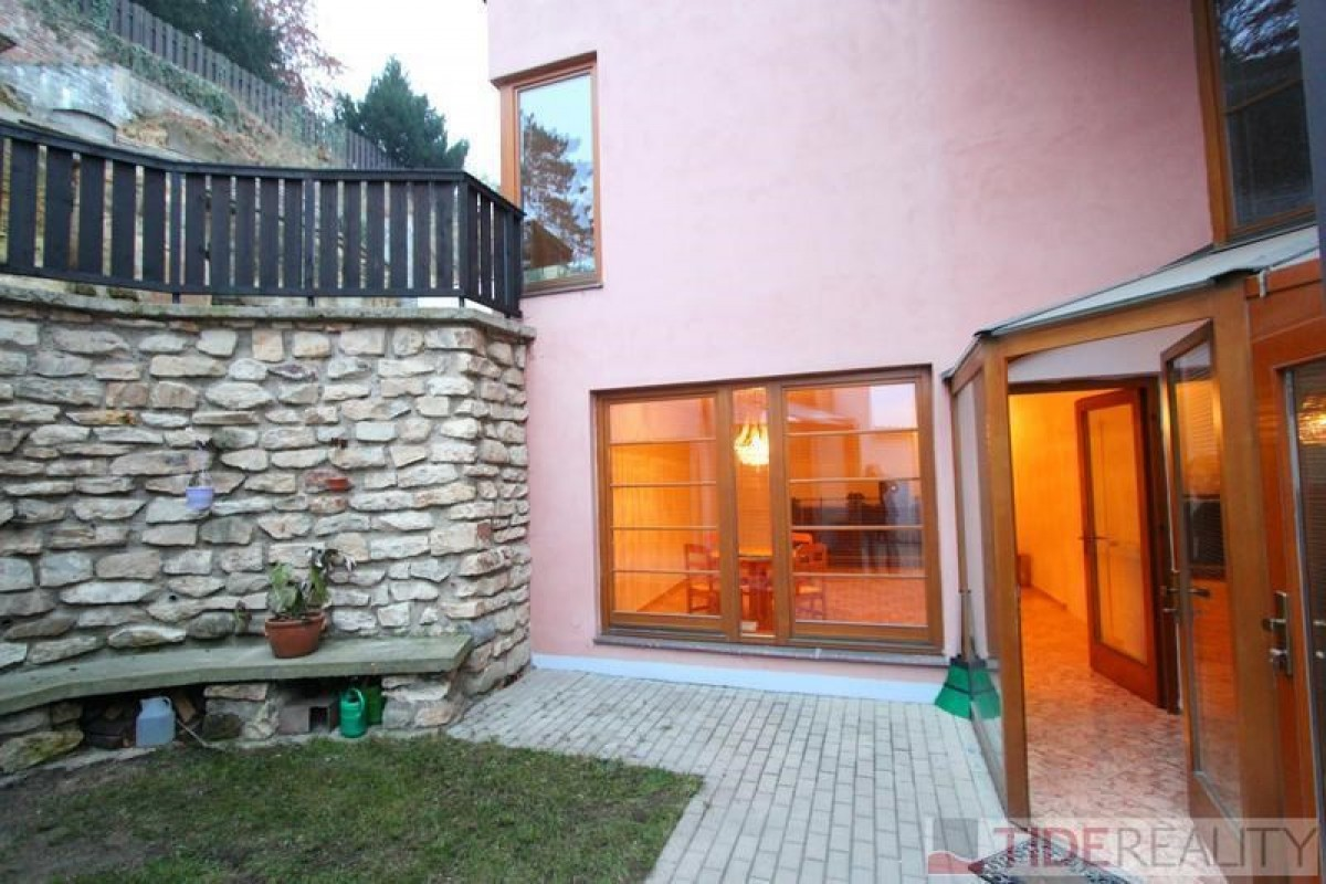 Pronájem rekonstruovaného rodinného domu v atraktivní lokalitě, Střešovice, Praha 6