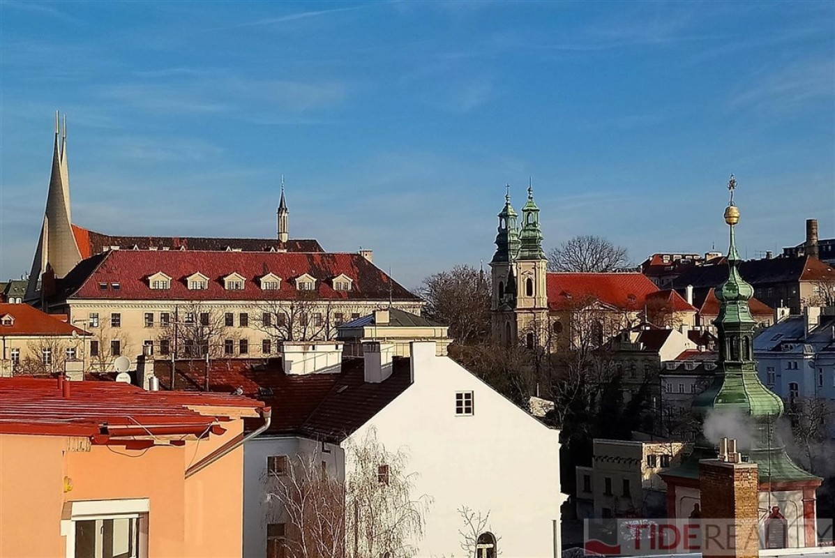 Prodej světlého atypického podkrovního bytu s balkónkem, Praha 2 Nové Město