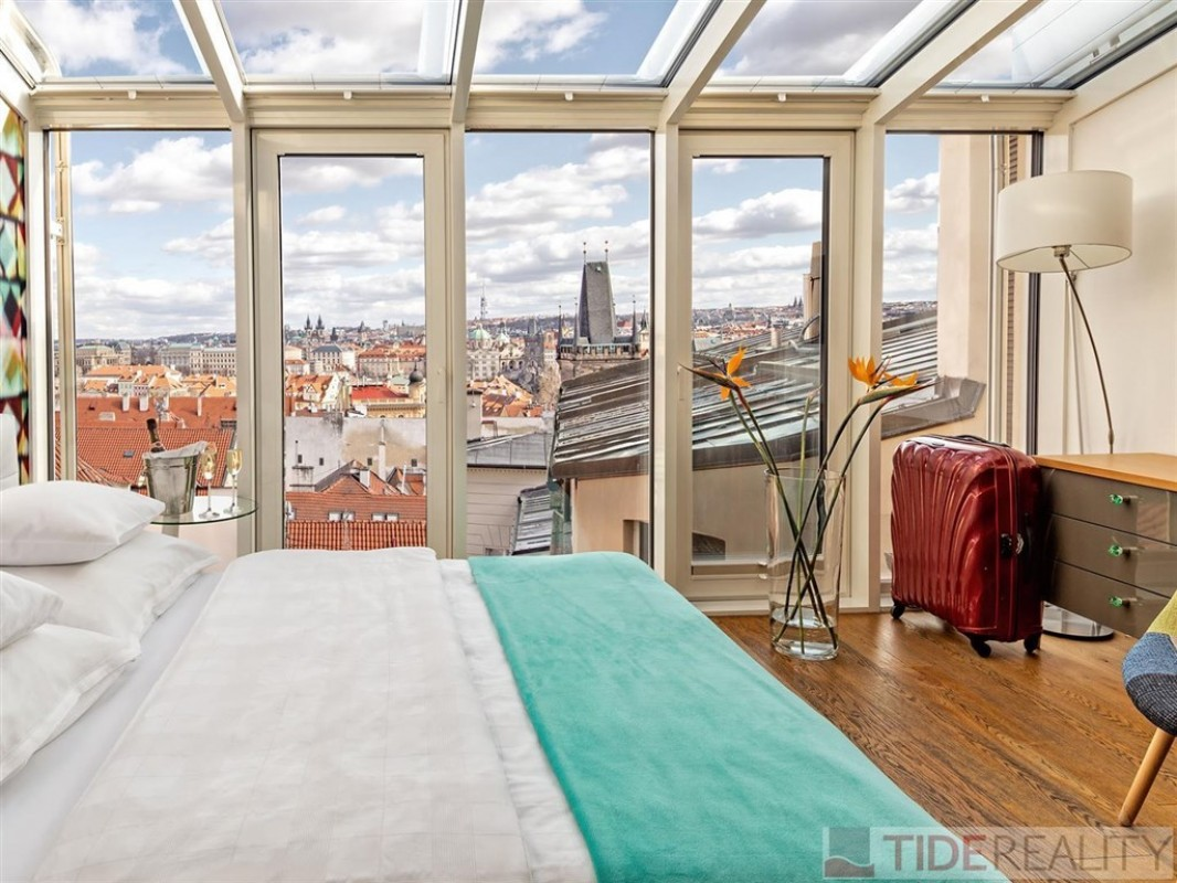 Pronájem překrásného půdního bytu na Malostranském náměstí, Malá Strana, Praha 1