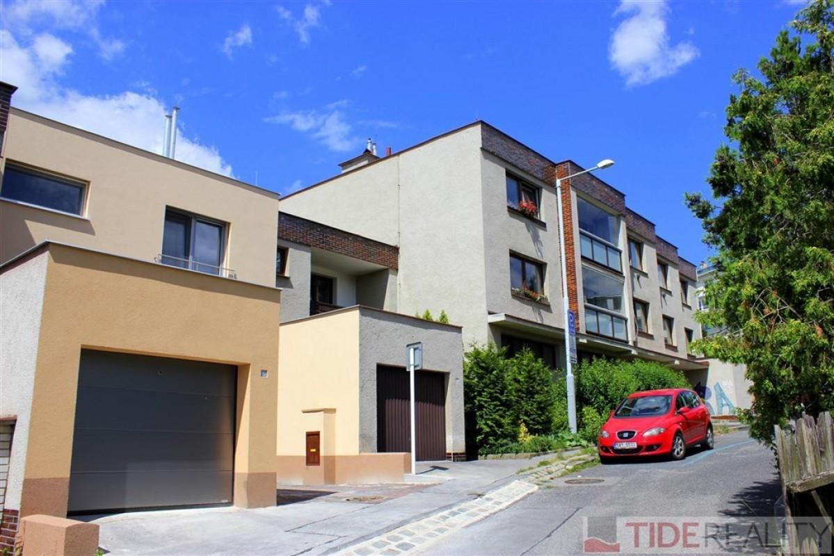 Prodej velmi prostorného bytu 3+1, 2 lodžie, sklep, celkem 97 m2, samostatná garáž. Praha 5 Košíře, ul. Slavická.