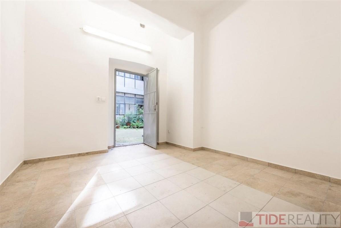 Pronájem místnosti vhodné na sklad, 14 m2, u metra Palmovka, Praha 8, Novákových