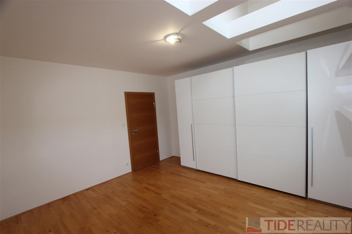 Pronájem výjímečného půdního bytu 2+kk, Praha 7, Letenské náměstí