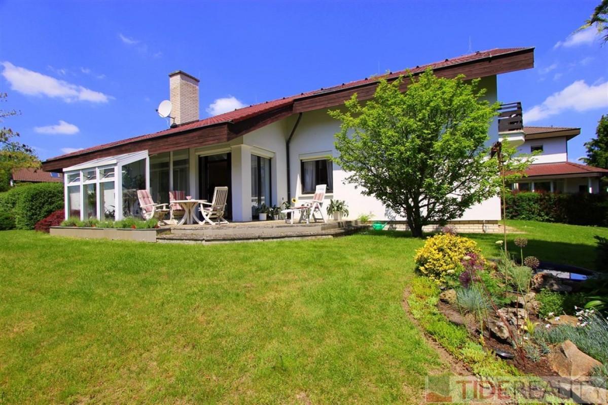 Rodinná vila 6+1, užitná plocha 300 m2, pozemek 1052 m2, Kamenice, Praha-východ