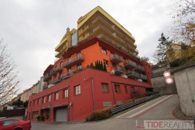 Pronájem prostorného, plně zařízeného bytu s terasou, Šlikova, Praha 6