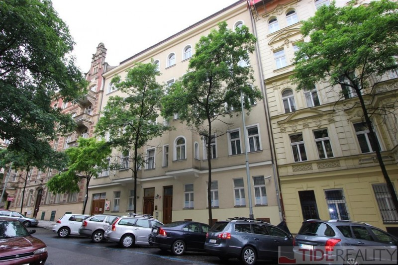 Pronájem zařízeného mezonetového bytu 3+kk se zimní zahradou a 2 terasami na Vinohradech, Mánesova, Praha 2